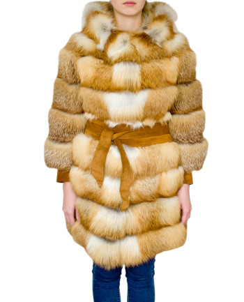Фото девушки в шубе из меха лисы для фабрики меха и кожи Кроманьон