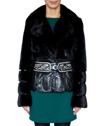 Фото девушки в  меховой куртке для фабрики меха и кожи Кроманьон