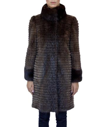 Фото девушки в  меховом пальто для фабрики меха и кожи Кроманьон