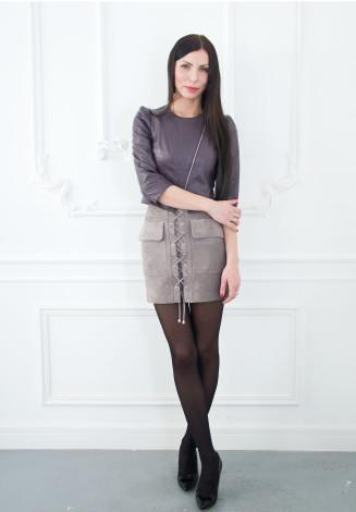Фото девушки в  юбке и жакете для фабрики меха и кожи Кроманьон